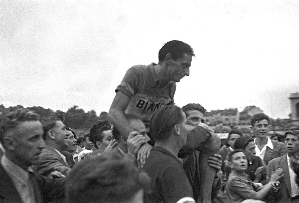 Foto omega Fausto Coppi portato in trionfo dopo una tappa - Dopo il restauro - Rai Teche
